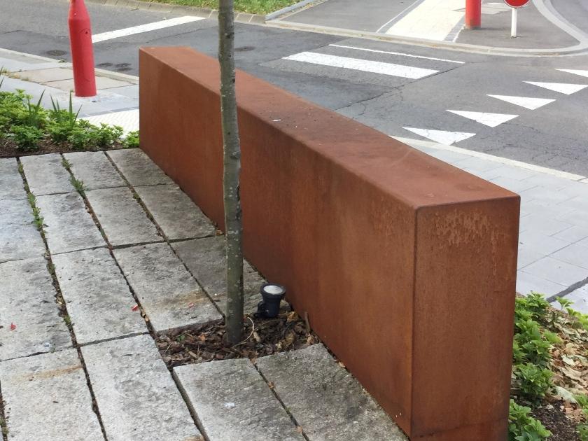 Mur corten - granit, les blocs de pierre sont complètement habillés d'acier corten (Joseph Pletsch)