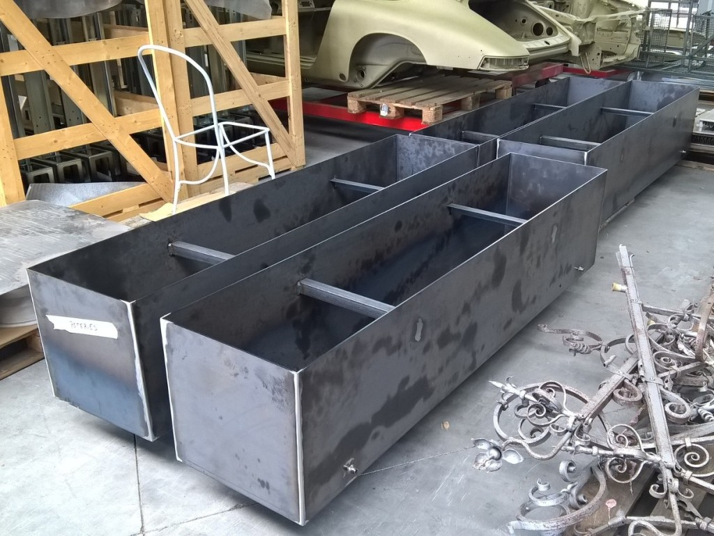 Artica acier brut 5mm avant laquage, profils de renforts, pipettes d'évacuation