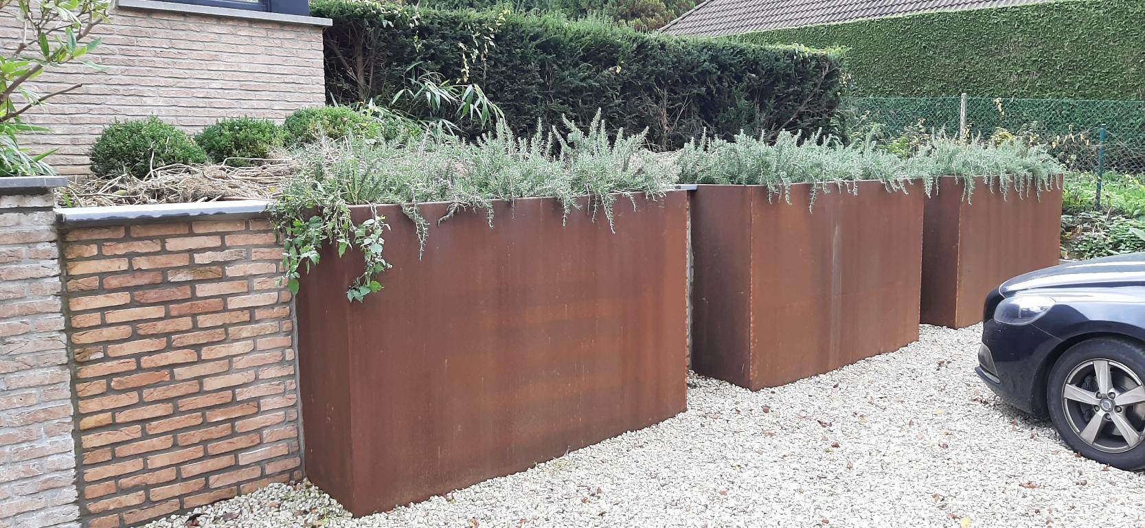 Bac jardinière sans fond carré corten 4mm - 200x200x135cm, bac carré avec partie arrière insérée dans le talus et découpée en trapèze