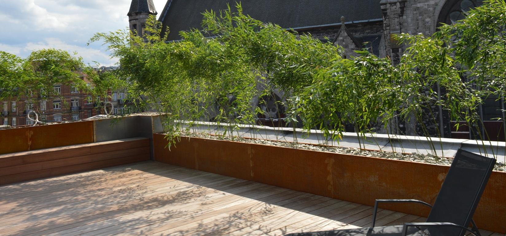 Bering corten 150x50x60, fini brut, pose en ligne, bacs boulonnés sur 2 hauteurs isolant le toit-terrasse de la place de l'église